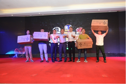 电动资源网CEO毛保国为二等奖得主颁奖